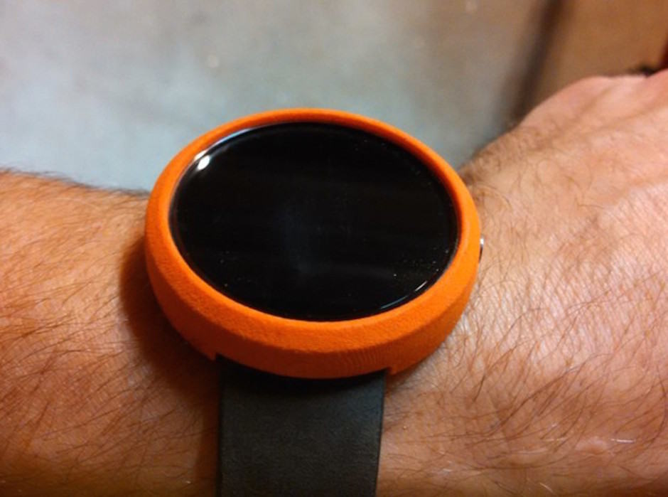 This $8 bumper adds a splash of color to your Moto 360. Image: Raelx
