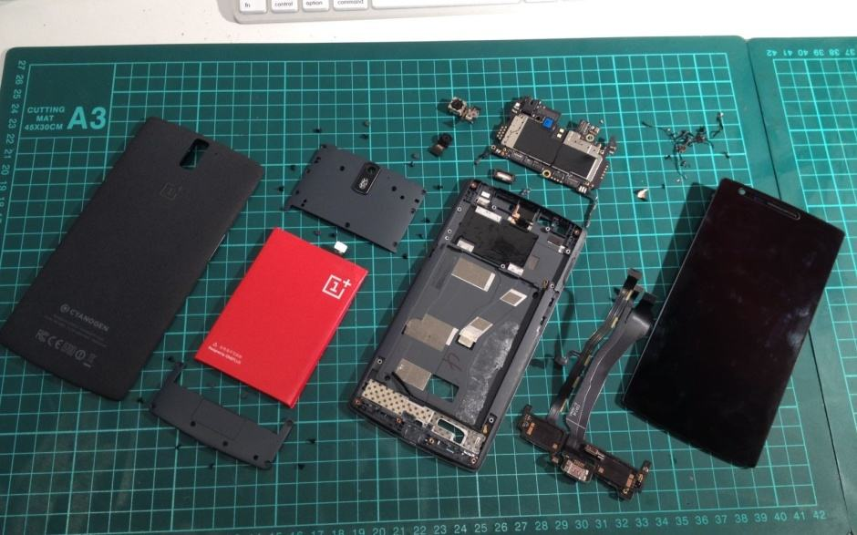 Tearing down the OnePlus One. Photo: vantt1