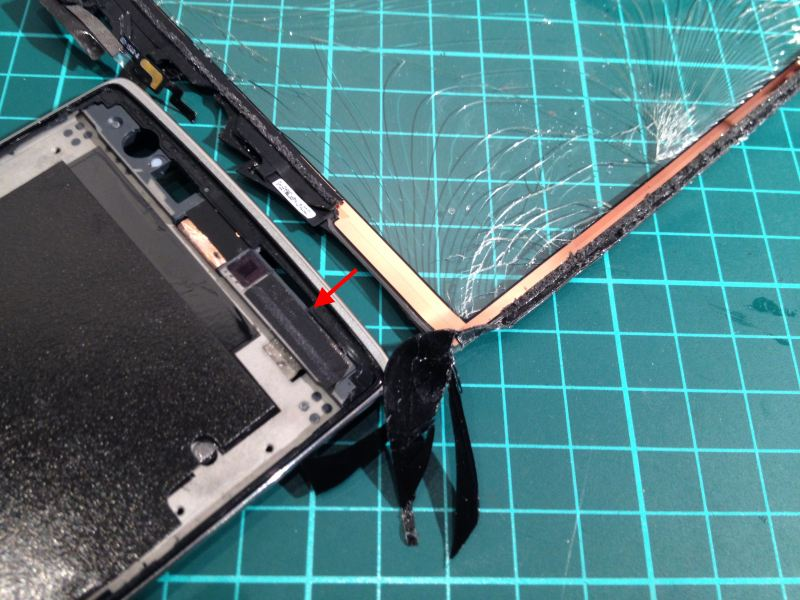 Here's where the flex cable makes contact with the One's chassis if no tape is applied. Photo: vantt1
